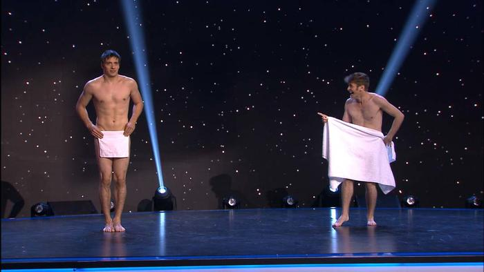 Les Beaux Frerez - Chicos desnudos haciendo trucos con toallas
