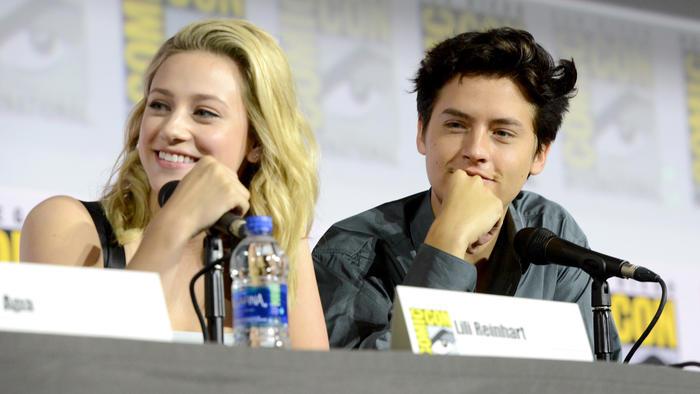 """Lili Reinhart y Cole Sprouse hablando de """"Riverdale"""" en la Comic-Con de San Diego en julio de 2019"""