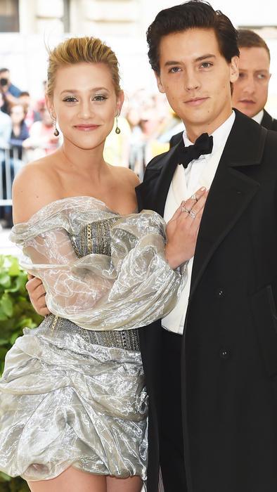 Lili Reinhart y Cole Sprouse posando a su llegada a la MET Gala en mayo de 2018