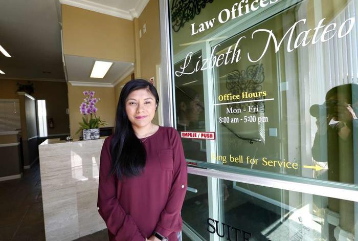 Lizbeth Mateo acaba de abrir su propia oficina de leyes, aunque ella sigue sin documentos legales.