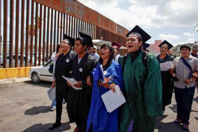 Lizbeth Mateo, segunda de la derecha, en camino hacia la frontera. /ARCHIVO
