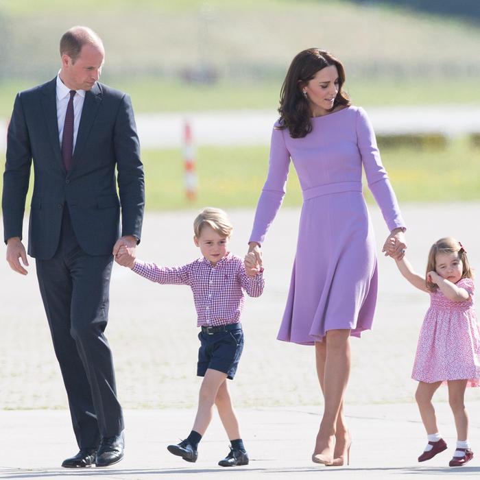Los duques de Cambridge y sus hijos tomados de la mano