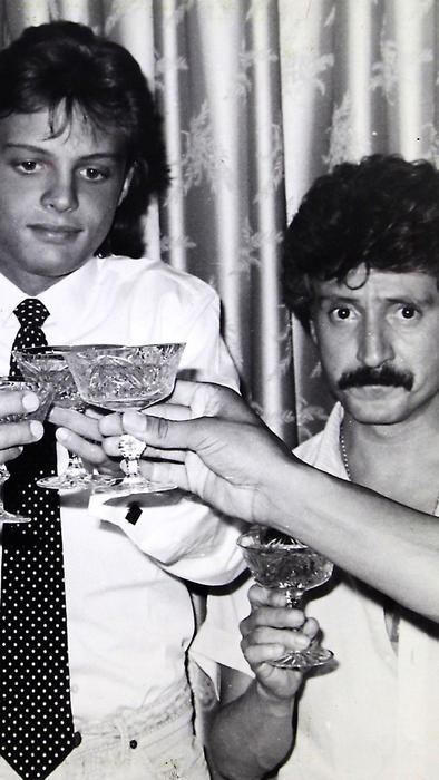 Luis Miguel celebra en 1985 con su papá Luisito Rey los éxitos conseguidos.