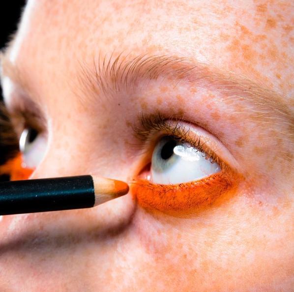 Delineador de ojos naranja