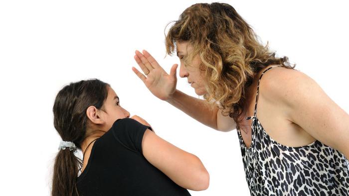 Madre que abofetea a niña
