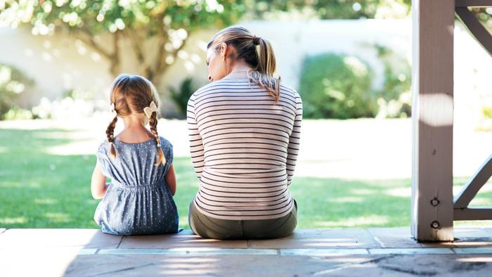 Madre e hija charlando