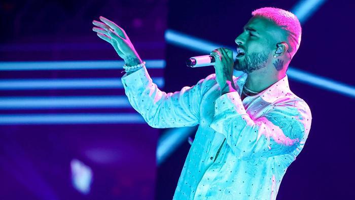 Maluma cantando 'Hawái' en los Premios Billboard 2020