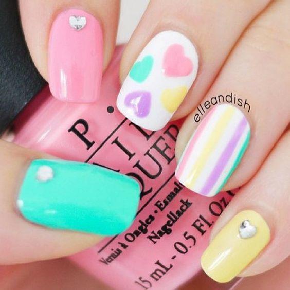 Manicure con corazones de colores pastel