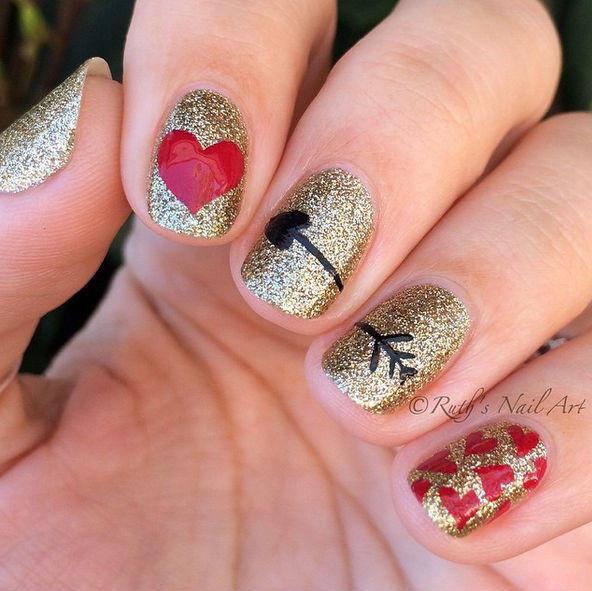 Manicure de San Valentín con glitter dorado