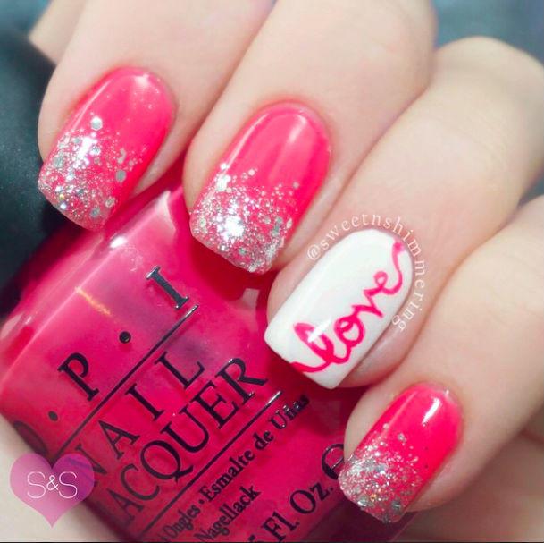 Manicure en rosa con la palabra Love junto a un esmalte rosa