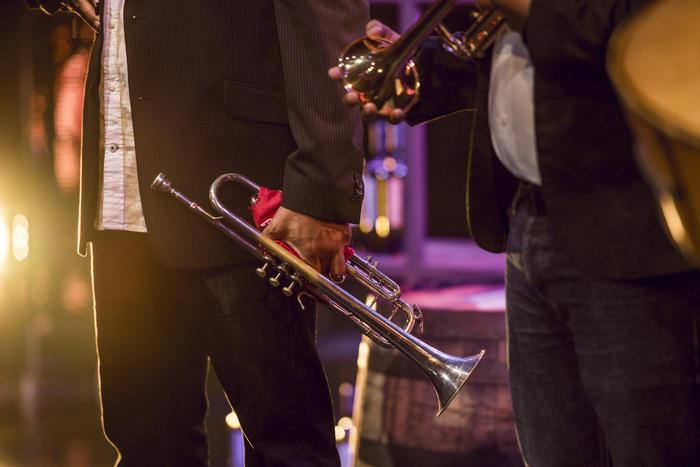 Músicos con trompetas en el escenario.