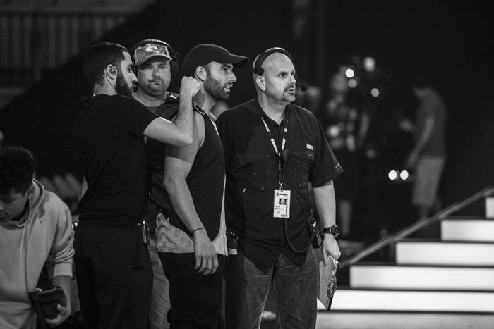 Jencarlos con la producción en Premios Tu Mundo 2017.