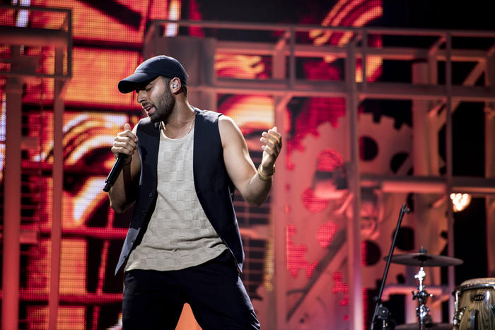 Jencarlos con gorra en ensayos de Premios Tu Mundo 2017.