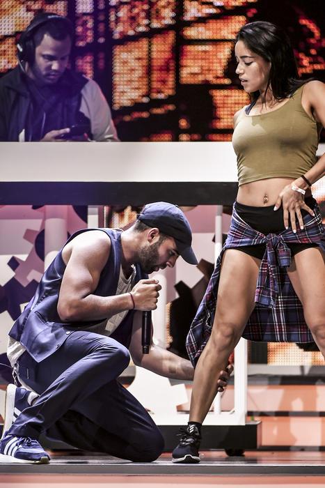 Jencarlos le toca la pierna a su bailarina en Premios Tu Mundo 2017.