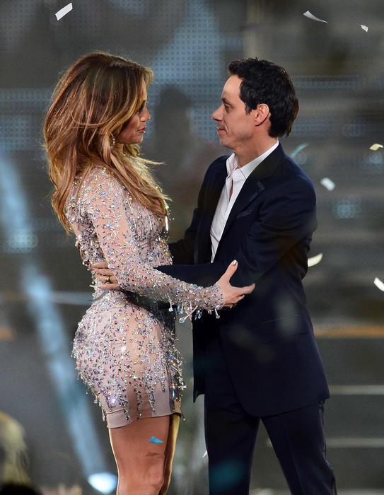 Jennifer Lopez y Marc Anthony en el escenario juntos.