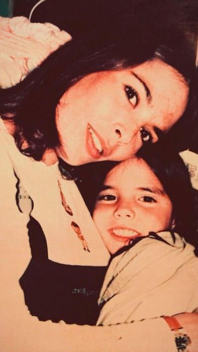 Mariana Levy con su hija María posando