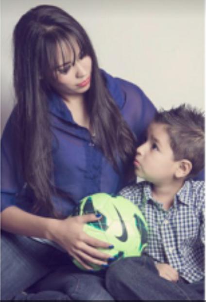 Marlen Ortiz emigró de Jalisco (México) a EEUU a los 12 años edad, y gracias a DACA trabaja, estudia, y tiene casa propia. Su hijo nació en EEUU, y ella teme la deportación si el Tribunal Supremo permite la cancelación de DACA.