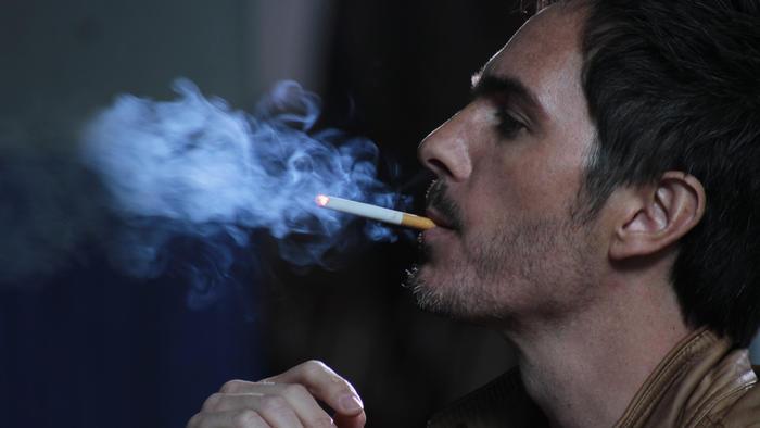 Mauricio Ochmann fumando en El Chema