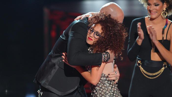 Mava Gonzalez recibe abrazo de su coach