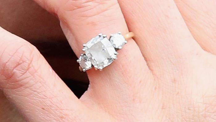 Meghan Markle deja expuesto su anillo de compromiso en su visita al Edinburgh Castle en Escocia en febrero de 2018