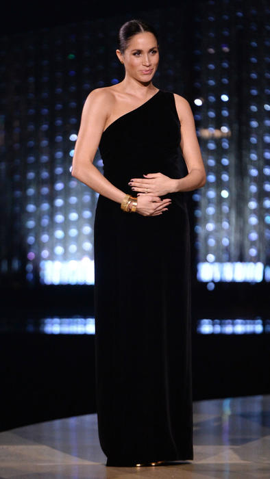 Meghan Markle luce su embarazo en vestido Givenchy
