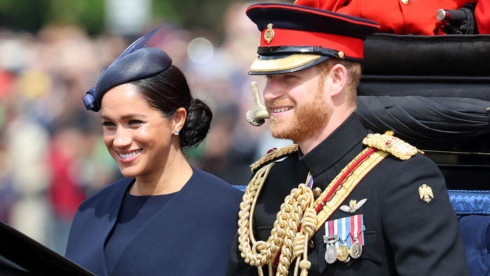 Meghan Markle y el príncipe Harry a bordo de un carruaje llegando al desfile Trooping the Colour 2019