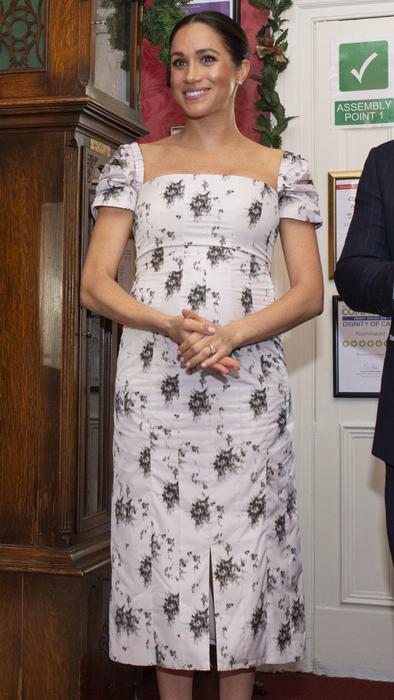 Meghan Markle usando un vestido con flores