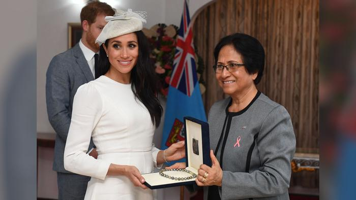 Meghan Markle recibe un collar de perlas de Sarote Faga Konrote