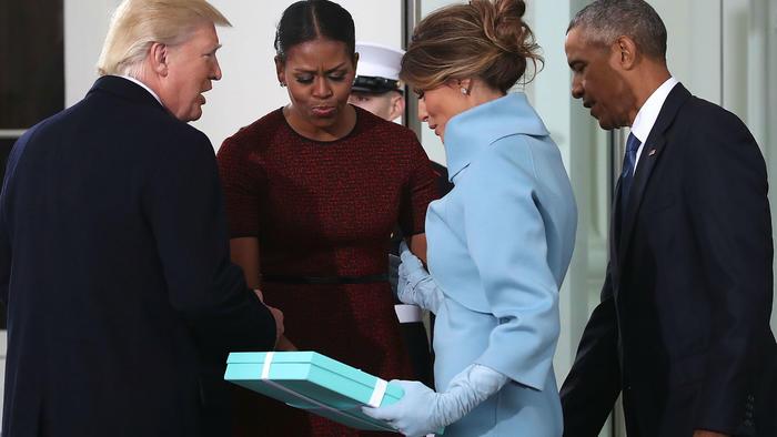 Melania Trump entregando el regalo a los Obama