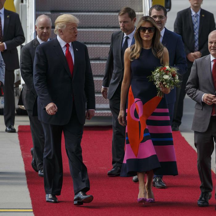 Melania y Donald Trump en el aeropuerto de Polonia