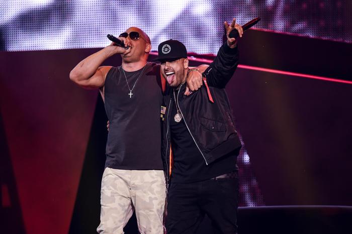 Vin Diesel abraza a Nicky Jam en los Premios Billboard 2017