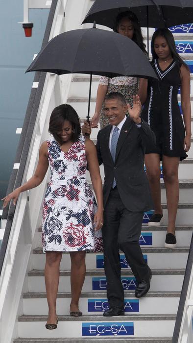 Michelle Obama bajando del avión a su llegada a Cuba