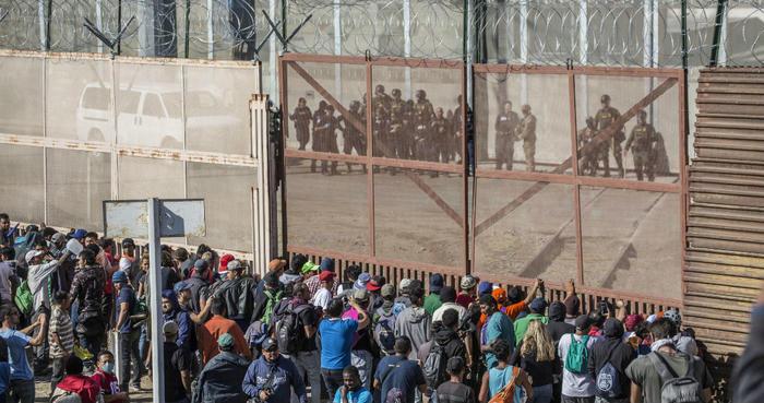 """Los migrantes """"alborotadores"""" que intentaron cruzar hacia EU serán deportados: Gobernación"""