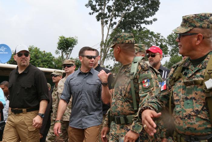 El ministro de Seguridad Pública de Panamá, Rolando Mirones, acompaña al secretario interino de Seguridad Nacional de EEUU, Kevin McAleenan, en un recorrido por el albergue de La Peñita
