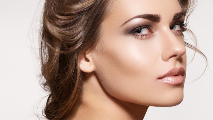 Rostro de modelo contorneado con maquillaje