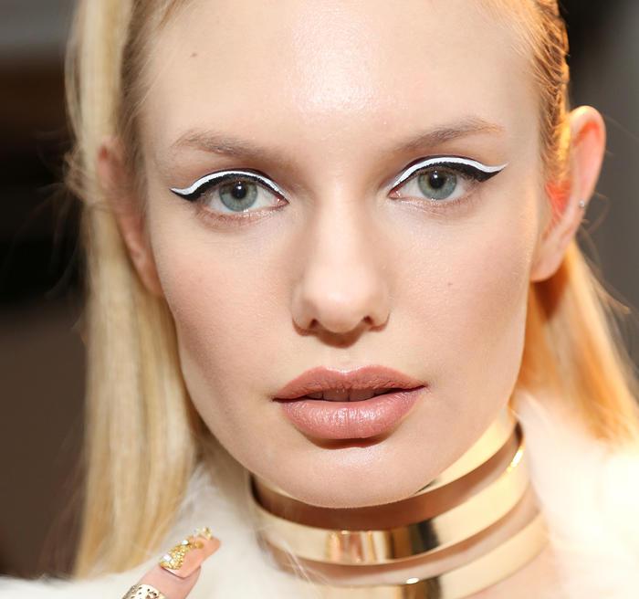 Modelo de NYFW 2015 con maquillaje en tonos metálicos