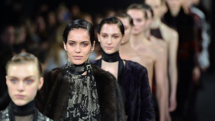 Modelos de New York Fashion Week Otoño 2015 en la pasarela de J. Mendel