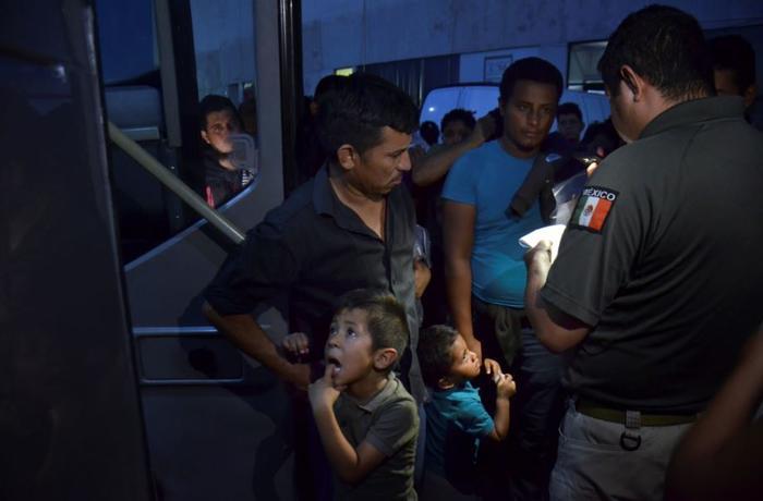 Migrantes son llevados la semana pasada en buses desde Nuevo Laredo a Monterrey.