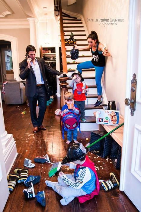 Mujer bajando escaleras, mientras sus hijos desordenan