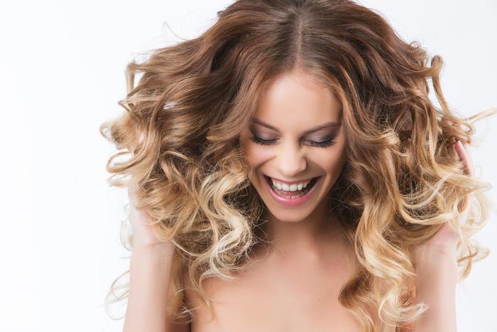 Mujer con cabello ondulado sonriendo