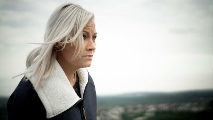 Mujer con cabello blanco