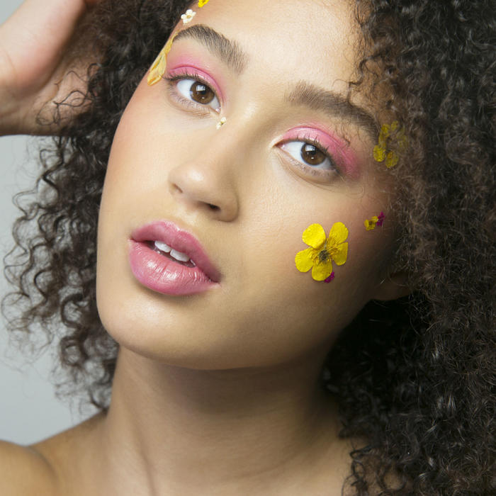 Mujer con flores en la cara