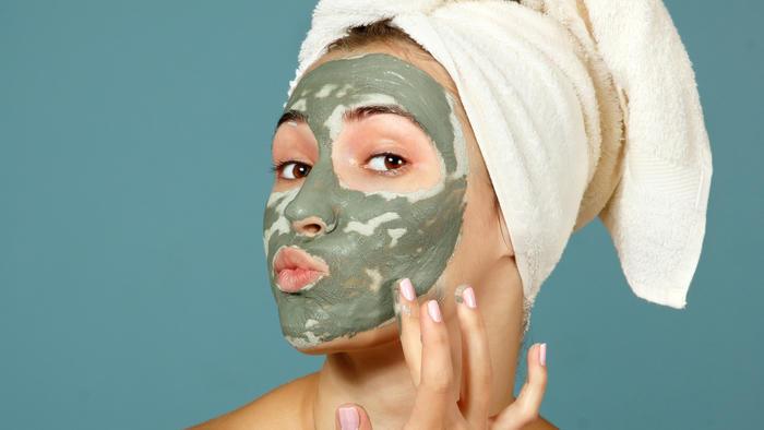Mujer con mascarilla como tratamiento para la piel