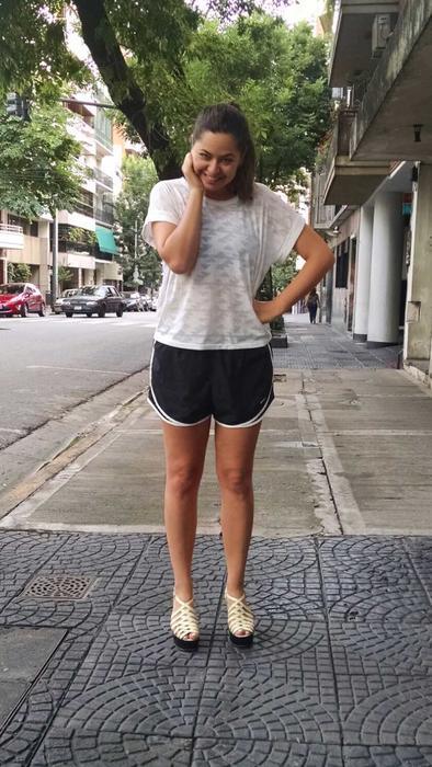 Mujer con ropa de gimnasia y tacones