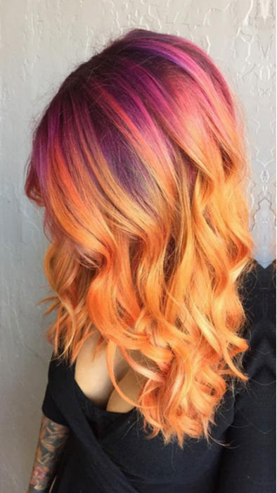Mujer de pelo teñido de rosa y naranja
