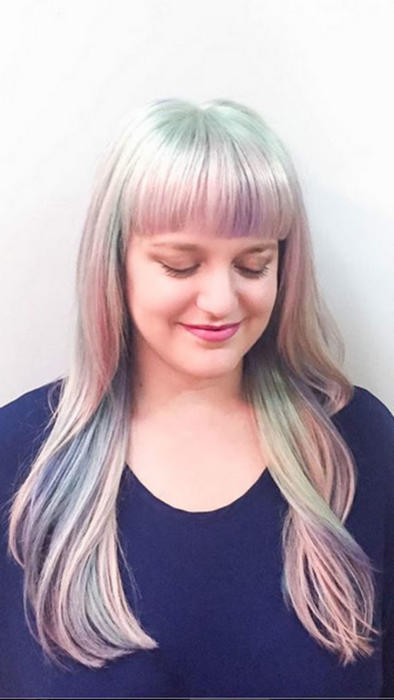 Mujer con tonos pastel en su cabello