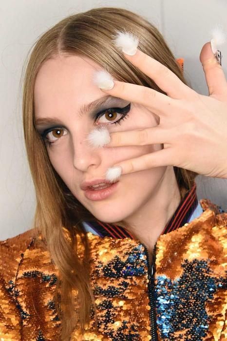 Mujer con uñas peludas blancas