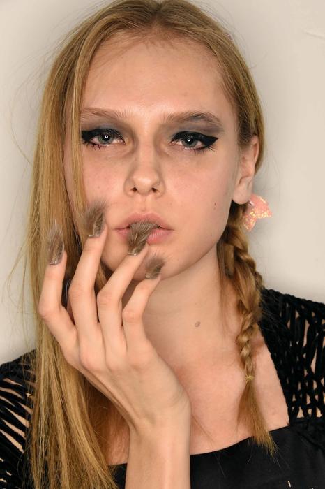 Mujer con uñas peludas marrones