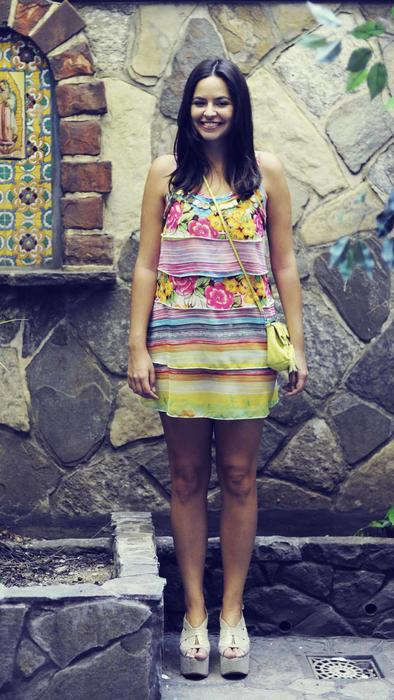 Mujer con vestido colorido y plataformas