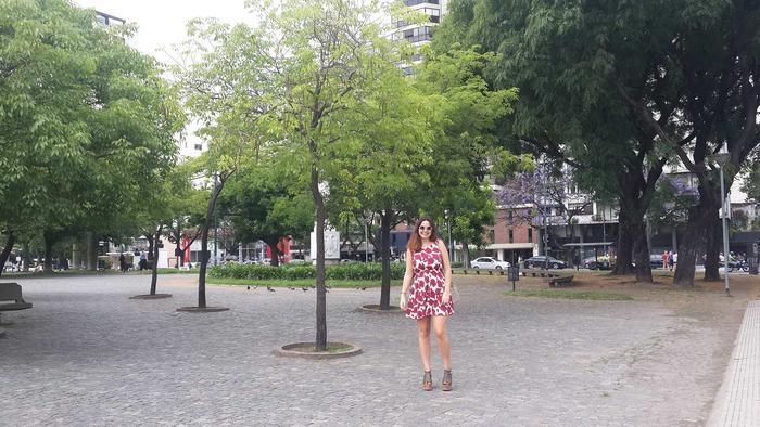 Mujer con vestido rojo y blanco en un parque